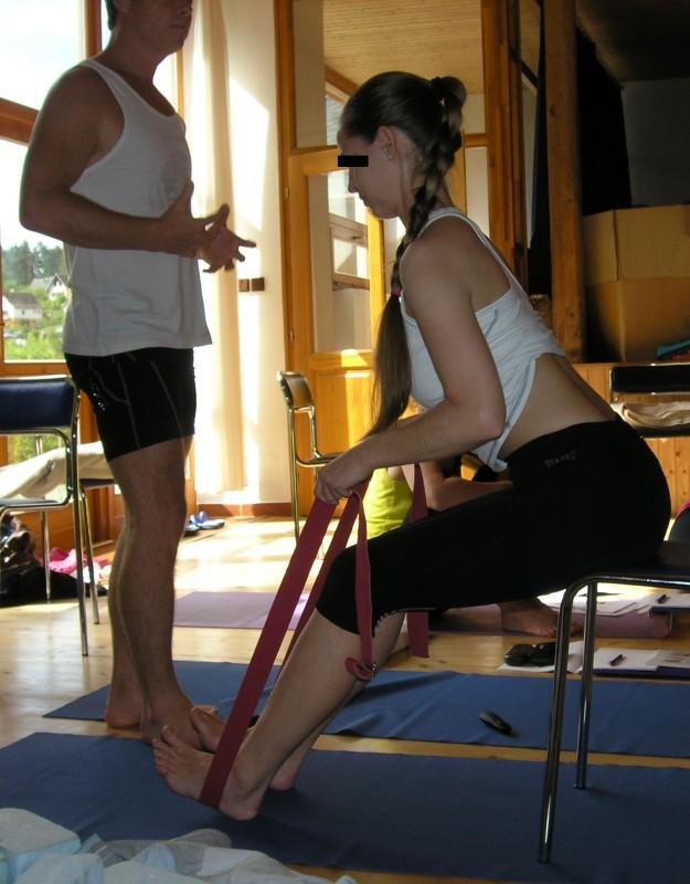 Pascimottasana – rovný předklon s pomocí židle, pásu a pokrčených kolen