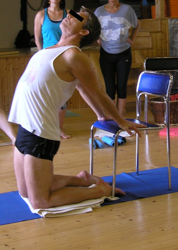 Ustrasana – záklon s pomocí židle